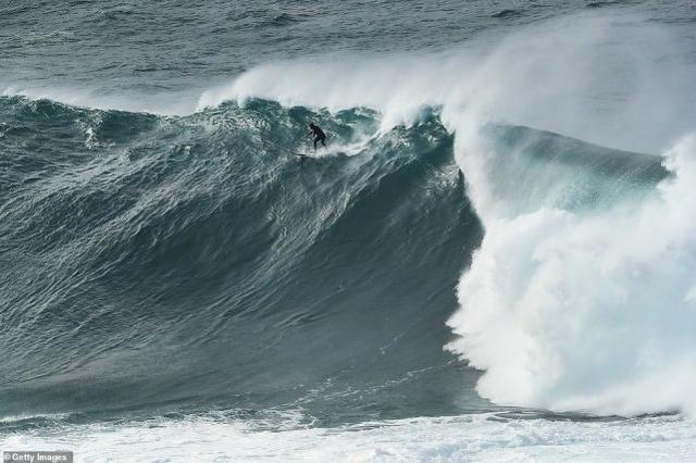 """""""大浪,危险!""""澳大利亚官方预警反招来大量冲浪者,场面惊人(多图)"""