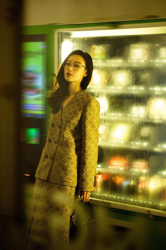 倪妮生日晒美照,复古套装搭配眼镜别致时髦,上演港风大片既视感