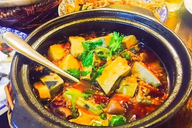 臭豆腐肥肠煲制作方法