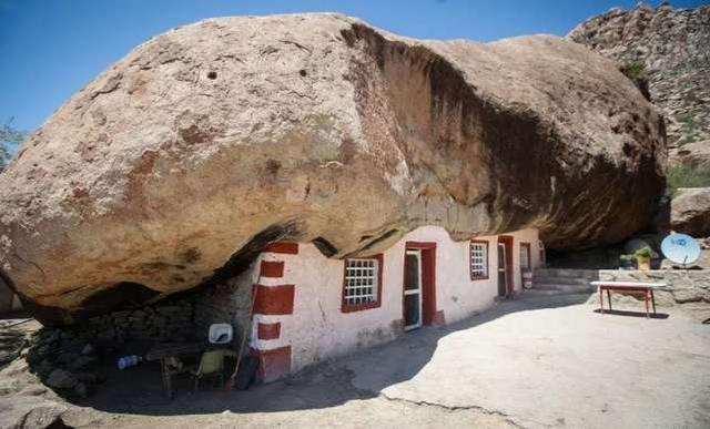墨西哥老人在850吨重巨石下修建房屋,2年后他家成为旅游胜地