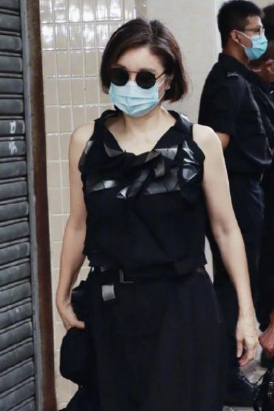 林青霞现身赌王告别现场,戴墨镜穿黑长裙亮相,65岁状态羡慕了