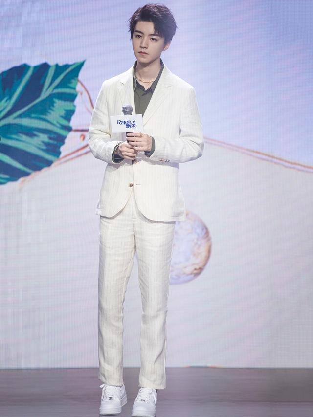王俊凯终于不低调,白西装搭配大金链子,霸气了!