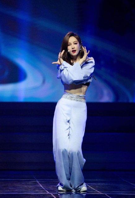 姐姐:吴昕复活赛中的solo的丝带太精彩了!舞台实力超可