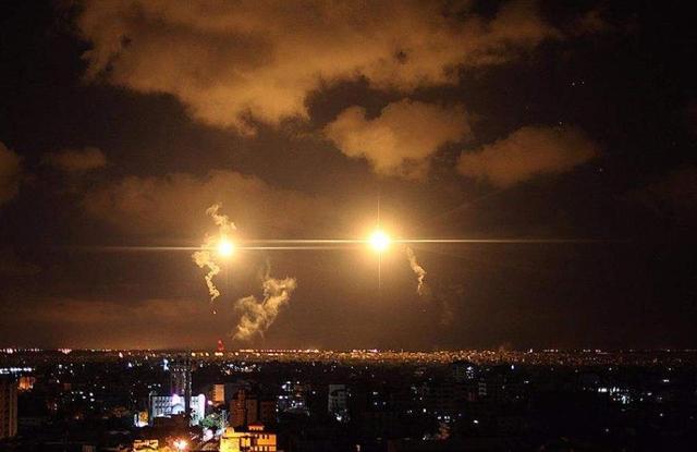 晚上22点,以色列多架战机越境发动空袭,大马士革上空响起爆炸声
