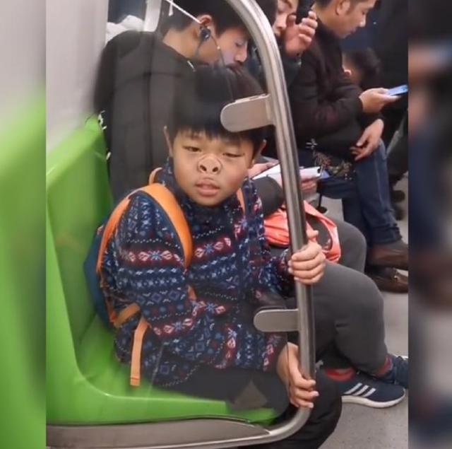 小男孩坐地铁走红,幽默动作逗笑路人,网友:姐姐等你长大