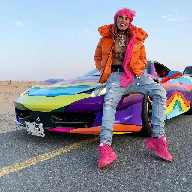 这个美国最狂Rapper出狱后,第一件事就是开直播炫富…