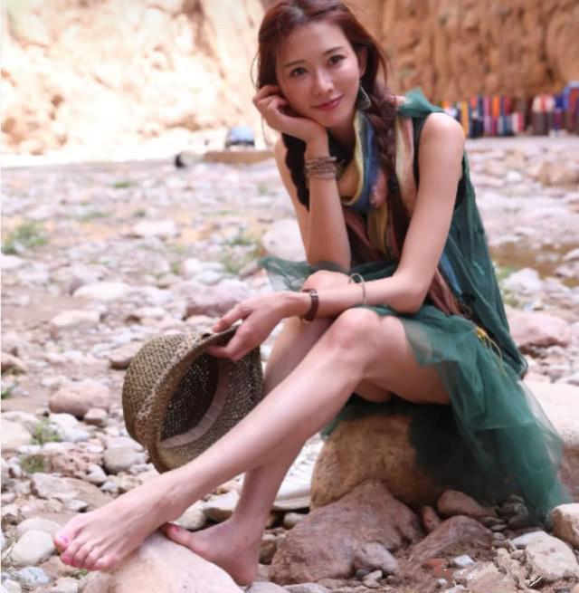 """脚宽的女人,建议试试""""个字鞋"""",脚瘦又秀美,或学林志玲这样做"""