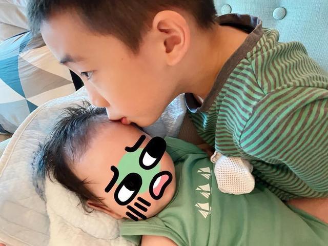 应采儿晒俩儿子同框照,Jasper抱着弟弟笑容灿烂,互动温馨有爱
