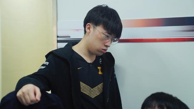 RNG落败IG后UZI出现在RNG休息室,神情凝重,小虎更是快哭了