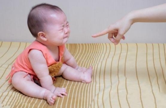 为什么宝宝做错事被骂哭后,还要求抱抱?这些原因很重要