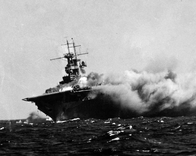 美军闪电航母港口爆炸起火,十几小时还没找到火源,可能直接报废