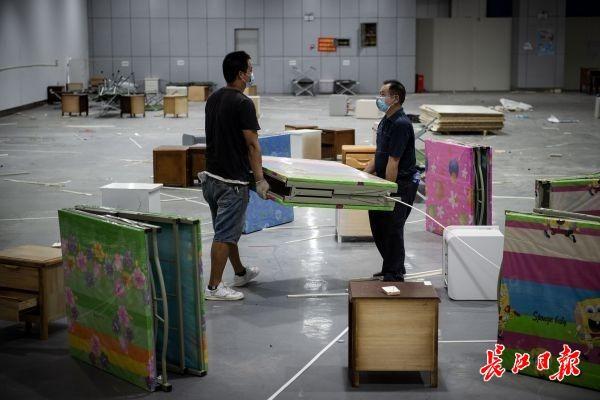 武汉江汉方舱医院正式拆除,走廊上贴满对医护人员的感谢信 | 图集