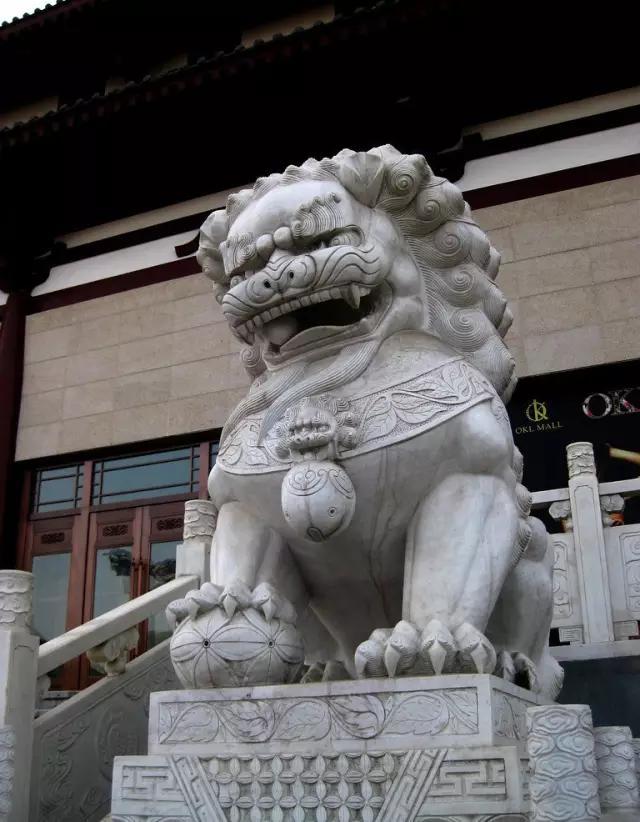 为什么古人住宅前要放两尊石狮子?