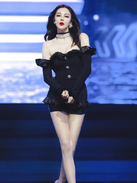 张雨绮舞台造型展示魔鬼身材