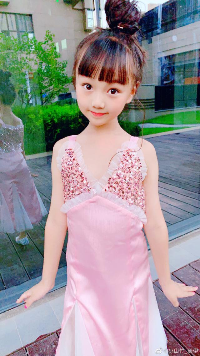 邓伦女儿小山竹近照,变瘦高小美女,与妹妹穿公主裙拍照似双胞胎