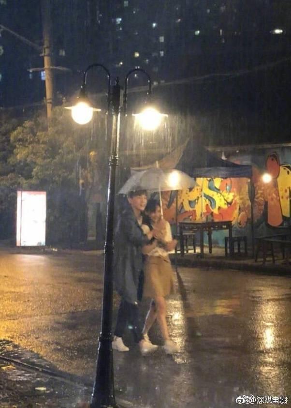 181029 邓伦新剧雨中感情戏路透曝光 是高糊也抵挡不住的帅气!