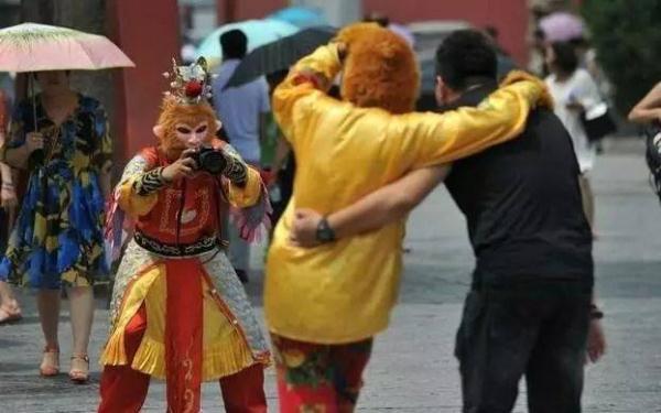 """普宁广场惊现""""孙悟空""""拉客合影,不给钱不让走!"""
