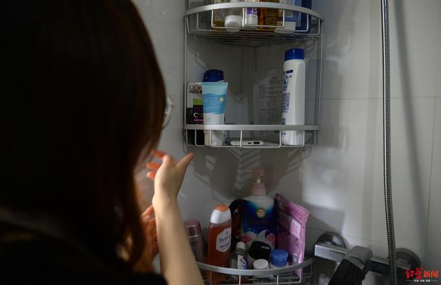 可怕!女子洗澡发现偷拍摄像头,合租公寓男室友已被警方拘留