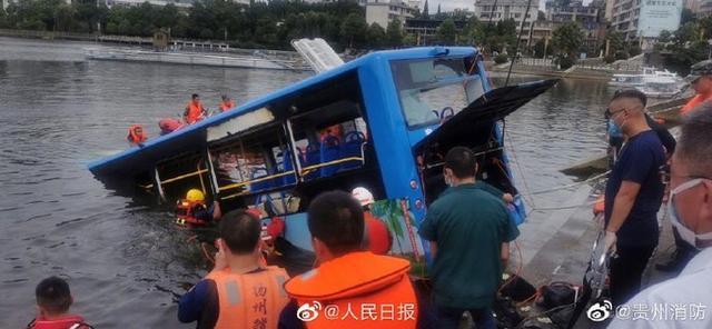 心痛!贵州坠湖公交救出36人,15人受伤,21人无生命体征