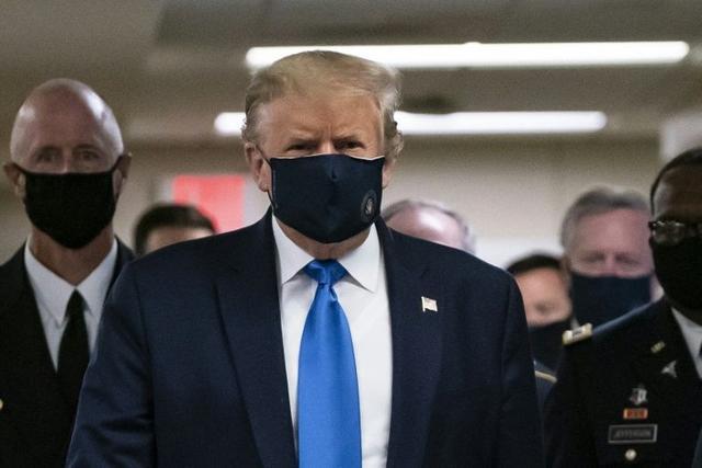 特朗普首次在公开场合戴口罩!CNN:幕僚求他的