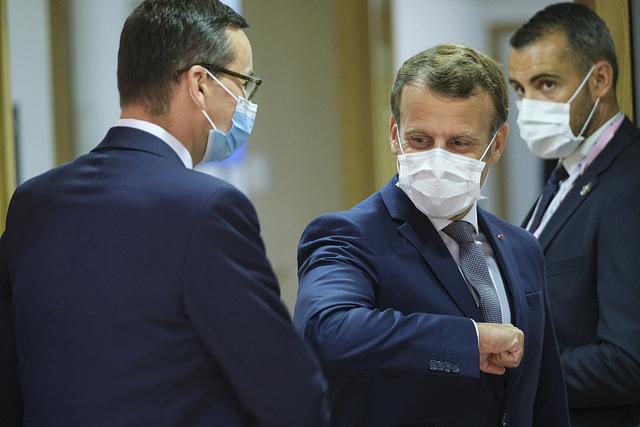 """欧盟面对面峰会在布鲁塞尔举行 领导人""""撞肘""""互相问候"""