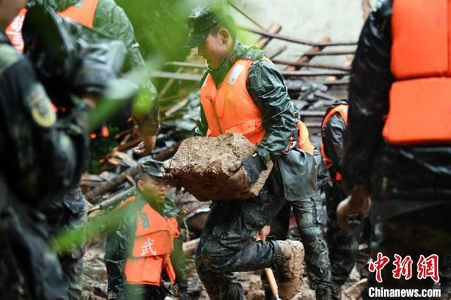 重庆江津发生山体滑坡 武警官兵雨中搜救