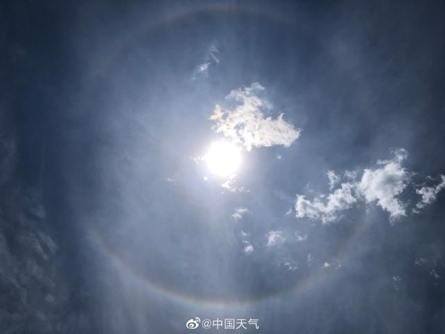 北京天空同时出现日晕和七彩云