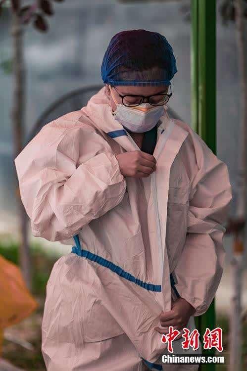 """致敬""""最美面孔""""新疆核酸检测人员掠影"""