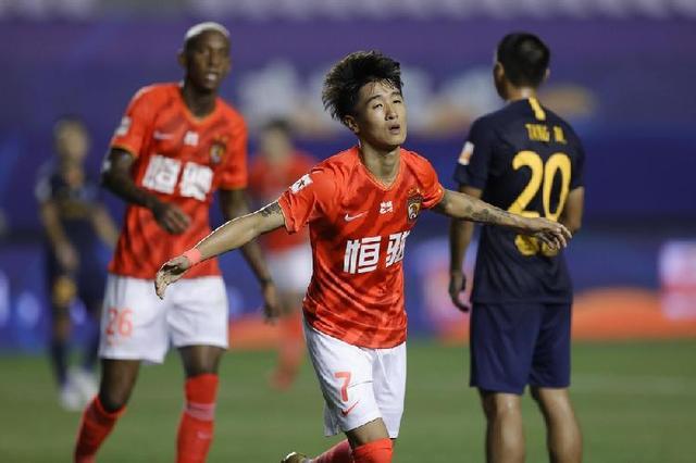 中超战报 申花3:2胜佳兆业,广州德比恒大5:0狂胜富力