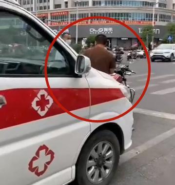 男子骑摩托故意阻挡救护车还不听路人劝阻,交警重罚