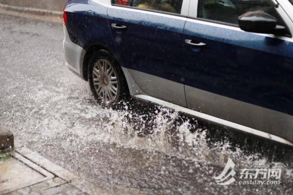 """台风""""黑格比""""扫尾早高峰:暴雨下,路面事故多发、4处下立交现较严重积水"""