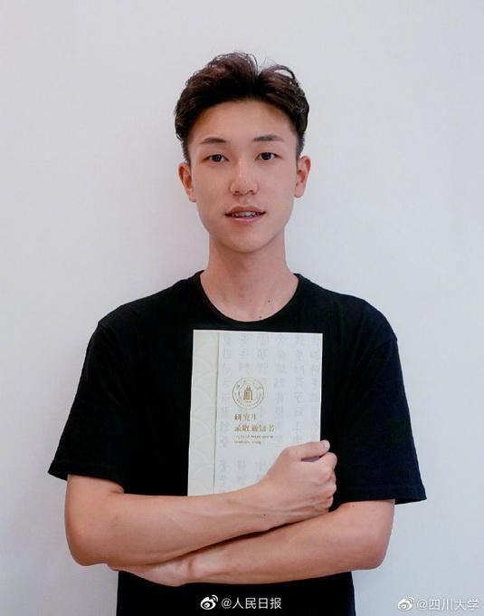 川大学生收到自己参与设计的通知书,网友:这帅哥,厉害了