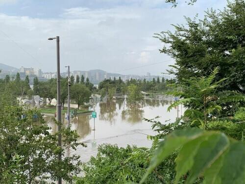 韩国暴雨灾害已致30人死亡 台风将至或使灾情持续扩大