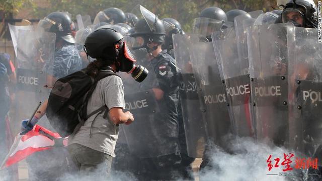 """黎巴嫩大爆炸引发大游行!超700人受伤、抗议者""""接管""""外交部……"""