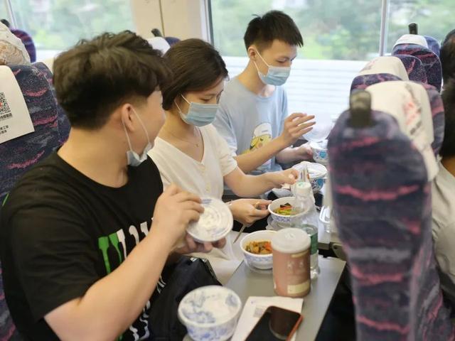 """盒饭变成10元小碗菜,高铁餐食创新""""出锅"""" 消费与科技 第2张"""