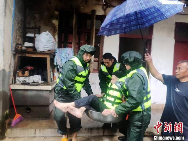 成都遭遇暴雨袭击部分低洼地带进水被淹 消防紧急转移被困群众