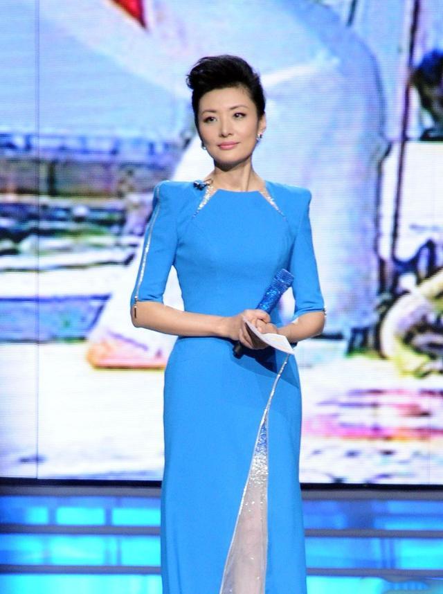 """周涛台上美成焦点,穿""""不对称""""礼服裙时髦又高雅,太有品味了"""