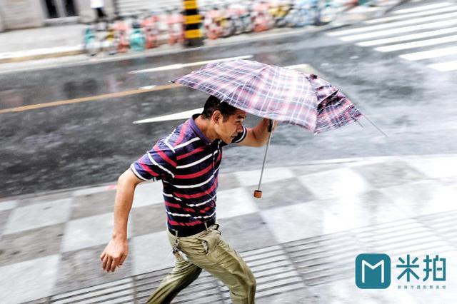 暴雨中的成都,摄影师拍下街边路人的精彩瞬间