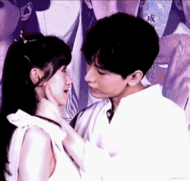 成毅袁冰妍直播面颊吻,完美还原《琉璃》中一幕,网友:售后很棒