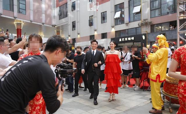郑恺苗苗参加开业典礼被误以为回乡办婚礼,网友:真的好有夫妻相