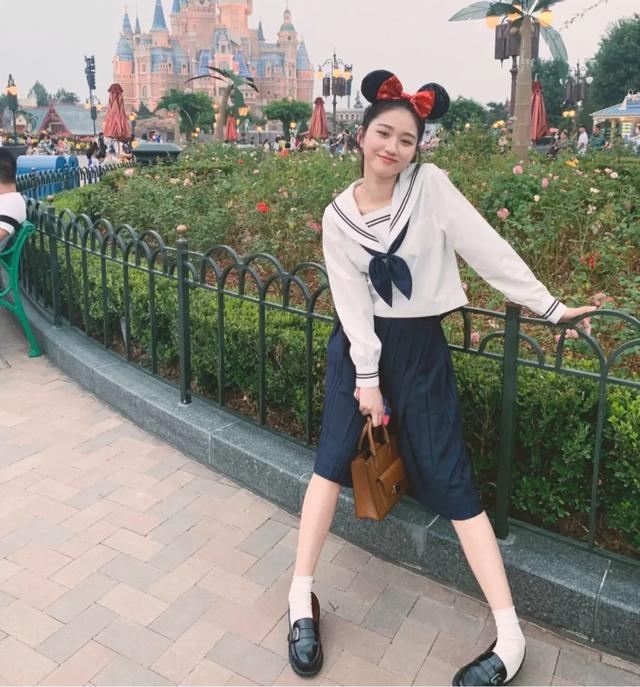 去迪士尼这样穿,随手一拍都像是在逃公主,绝对刷爆朋友圈