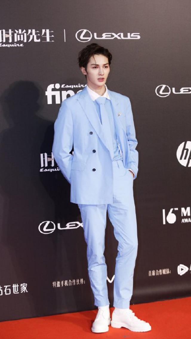 23岁朱正廷和28岁杨洋,同穿蓝色西服,一浅一深风格大不同