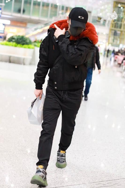罗晋的私服接地气,穿大地色大衣配牛仔裤,脚穿运动鞋就出门了