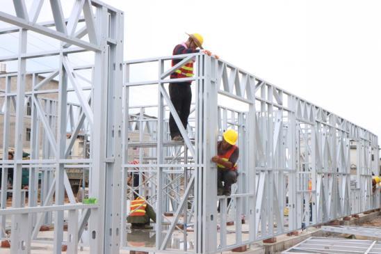 广西绿筑施工人员现场拼接组装轻钢龙骨