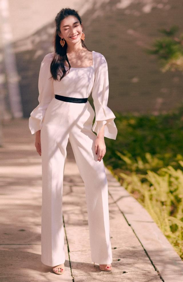 江疏影穿白裙跳《无价之姐》,气质佳比例优秀,这腿可以上保险了