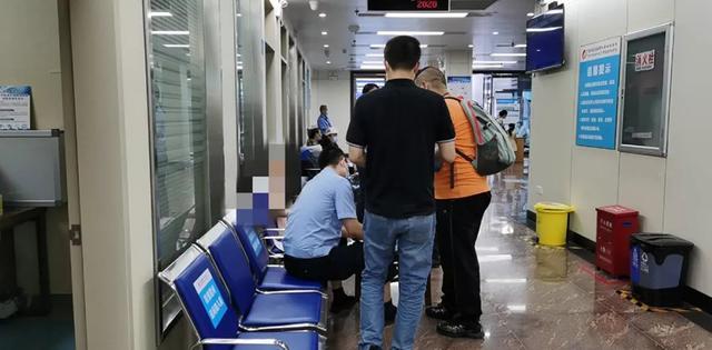 """南宁火车站4岁女孩坠楼,目击者:她被疑似""""神经病""""抛下楼"""