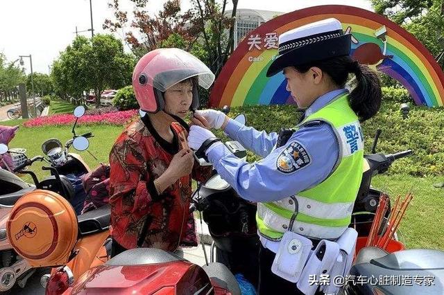 电动车带头盔OK,可停车后怎么保管?挂车上怕偷,拿在手里麻烦?