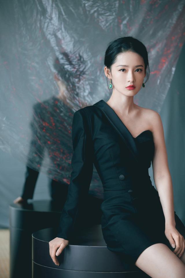 李沁新剧上映A到炸,私下造型也不遑多让,不对称西装裙又A又媚