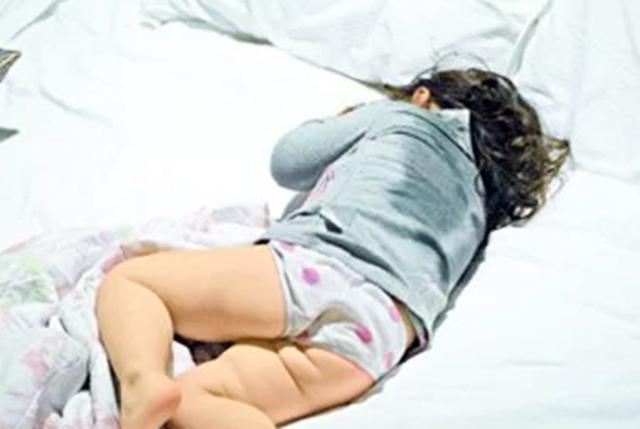 宝宝睡觉爱出汗的原因找到了,不是体虚和缺钙,和这两个因素有关