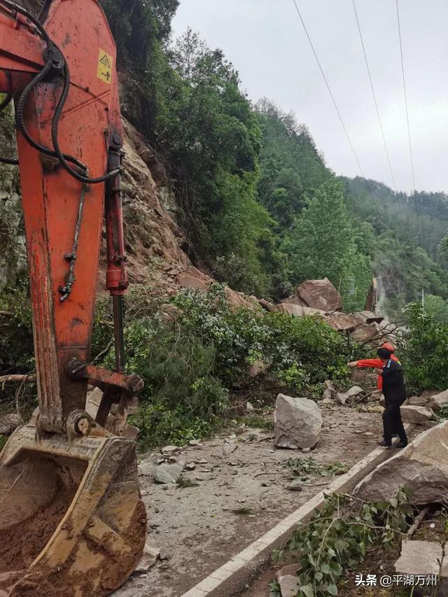 突发!万州一国道山体塌方路段,已恢复半幅道路通行